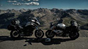 Zwei Motorräder gegeneinander geparkt