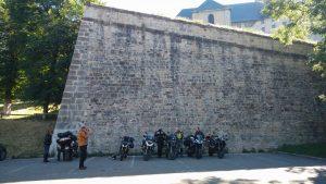 Motorräder vor der Stadtmauer in Briancon