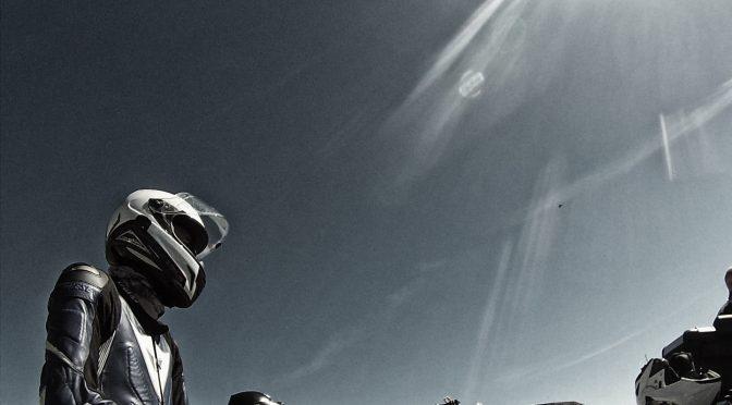 Motorradfahrer und Sonne