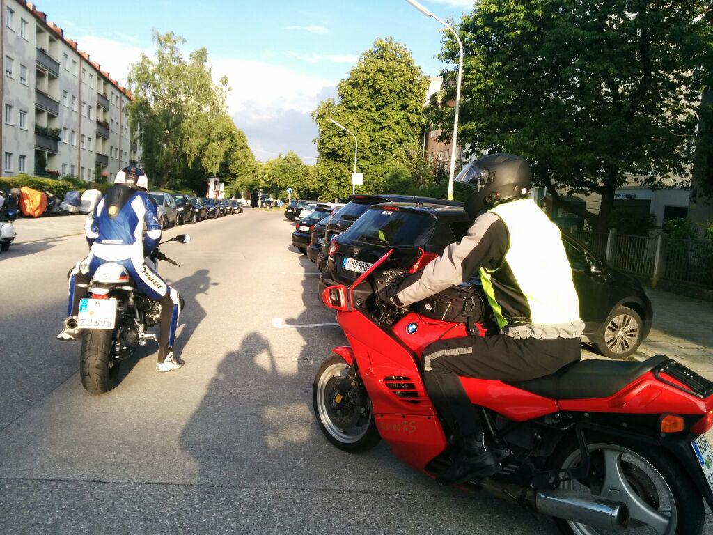 Zwei Motorräder bei der Abfahrt
