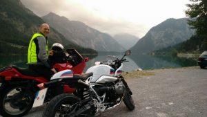 Zwei Motorräder am Plansee