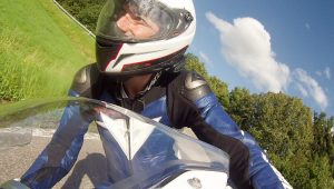 Motorradfahrer in Kurvenlage