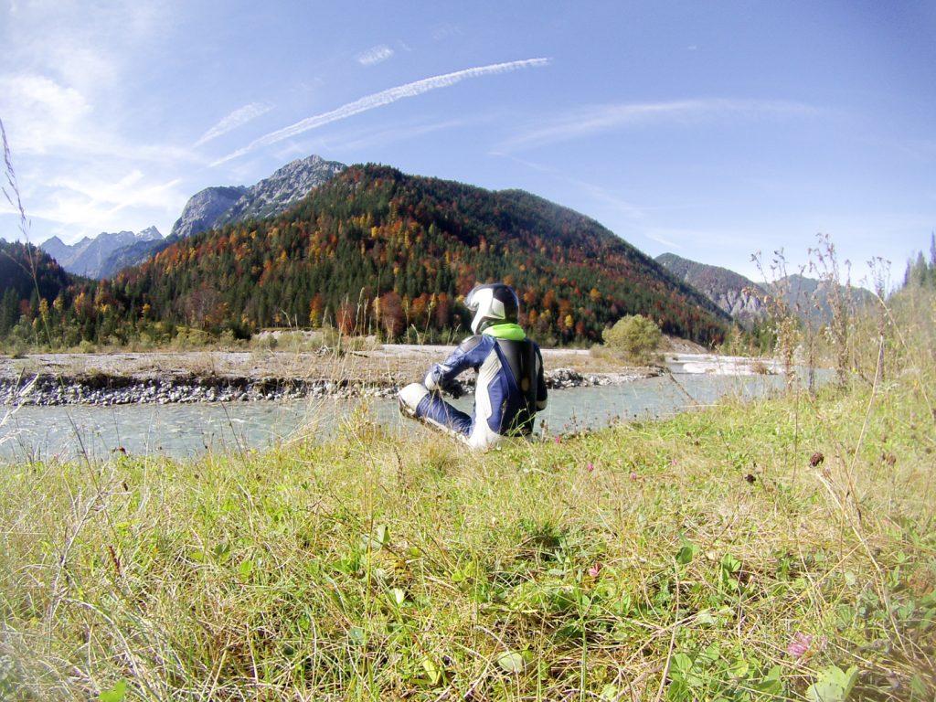 Biker in der Wiese am Ufer des Rißbachs