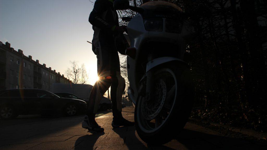Bike und Biker im Sonnenenaufgang