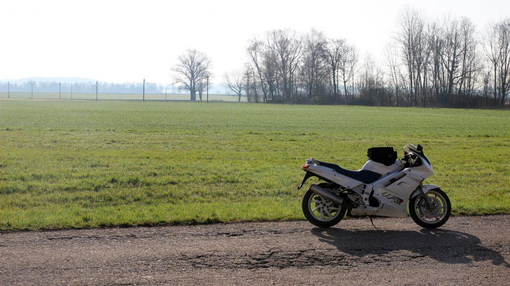 Honda VFR vor grüner Wiese