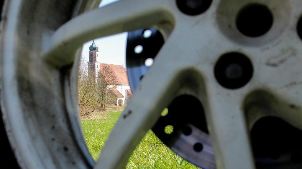 Kirche Thomasbach gesehen durch die Felge der Honda VFR