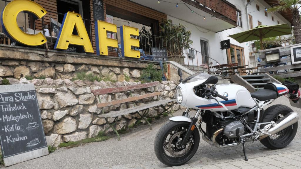 Motorrad vor Cafe
