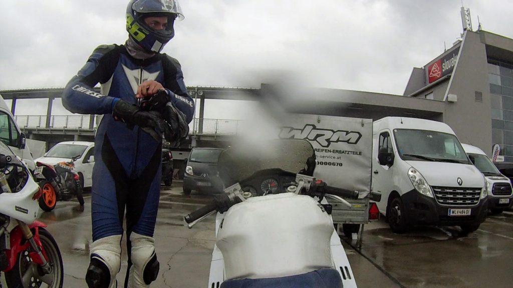 Motorradfahrer im Regen.
