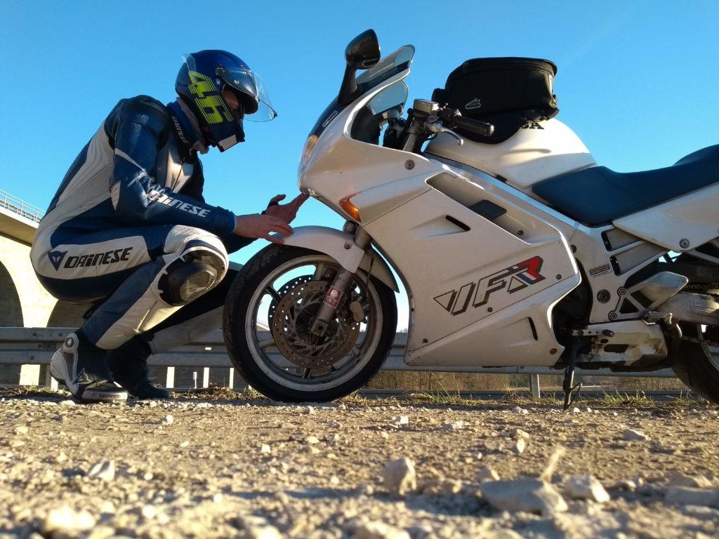 Motorradfahrer und Honda VFR 750