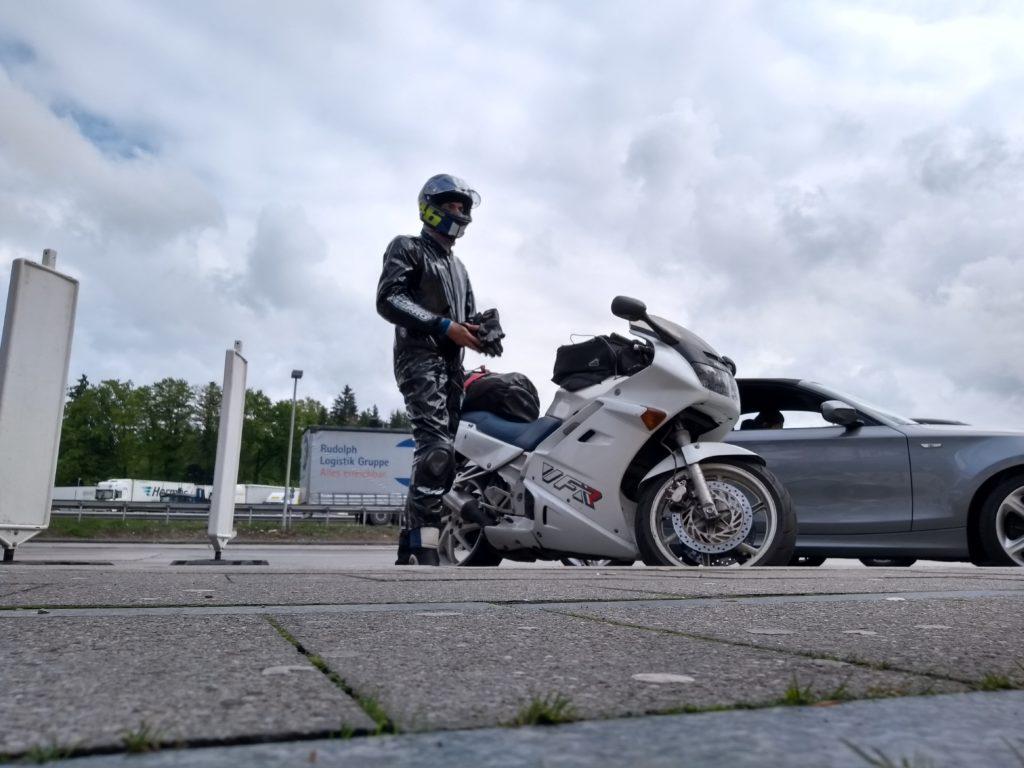 Motorradfahrer in Regenpelle