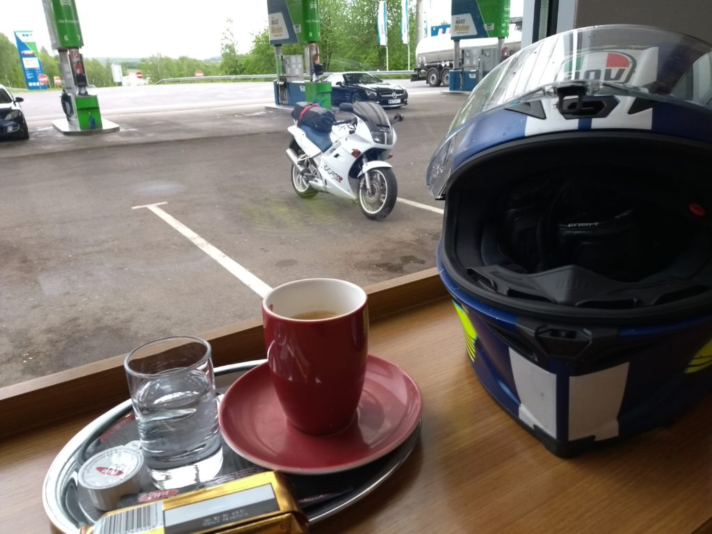 Kaffee mit Blick aufs Motorrad