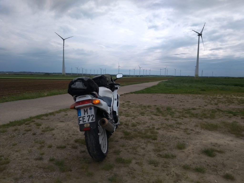 Motorrad und Windräder
