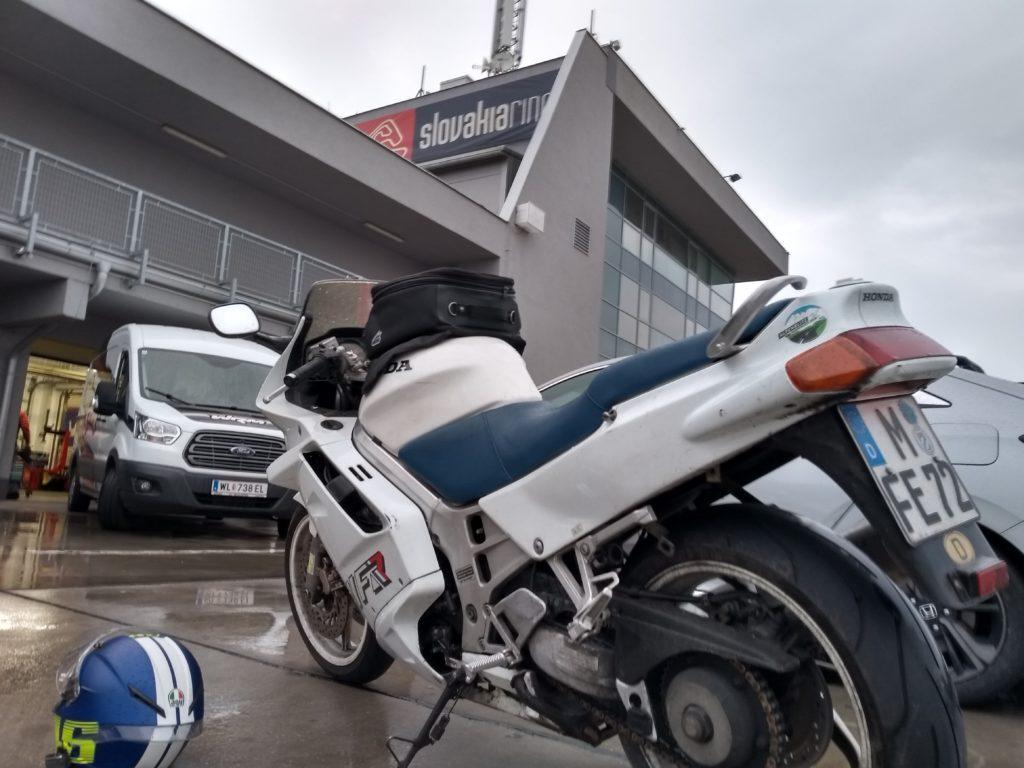 Motorrad vor der Anmeldung Slovakiaring