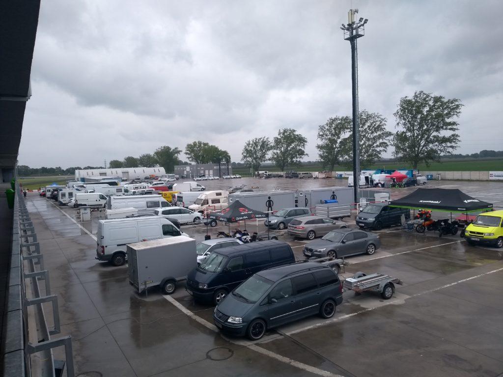 Parkplatz vor der Boxen-Gasse am Slovakiaring