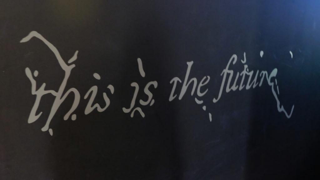 Schriftzug am Eingang zur Ausstellung von Hito Steyerl