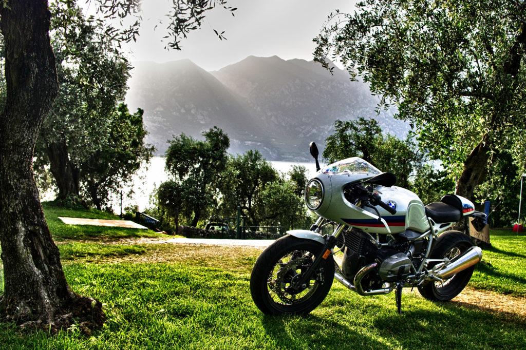 BMW R nineT Racer im Olivenhain über dem Gardasee - Bild 4