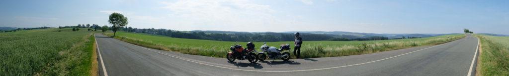 Motorräder vor Landschaft