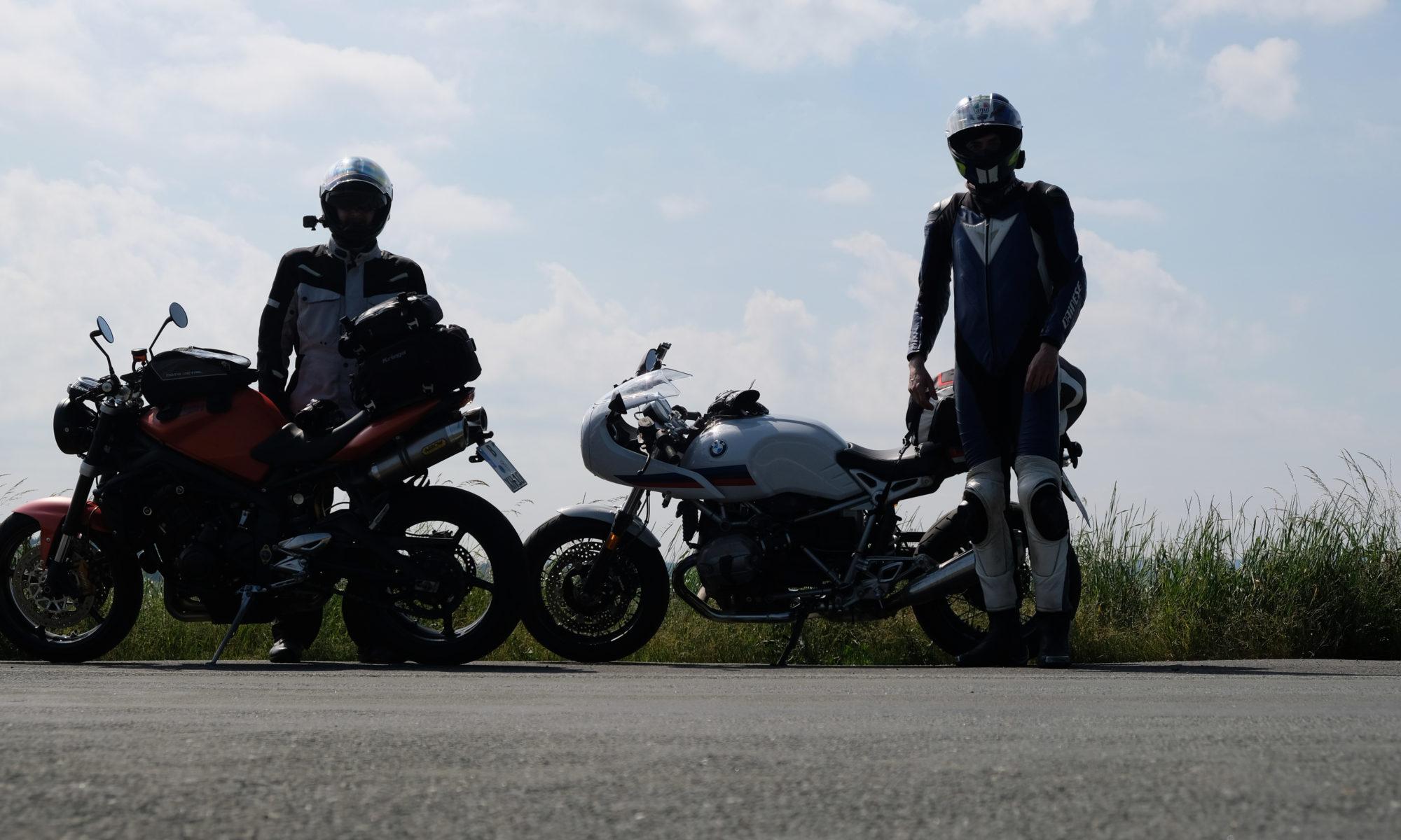 Kettenritzel und Motor8 vor den Bikes