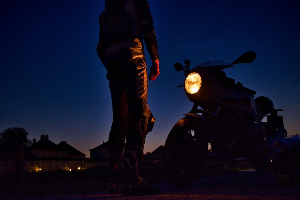 Motorrad in der Dämmerung