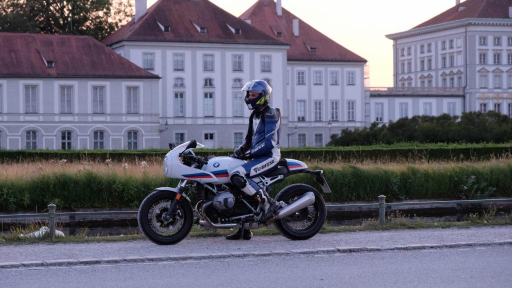 BMW R nineT Racer vor dem Schloß Nymphenburg