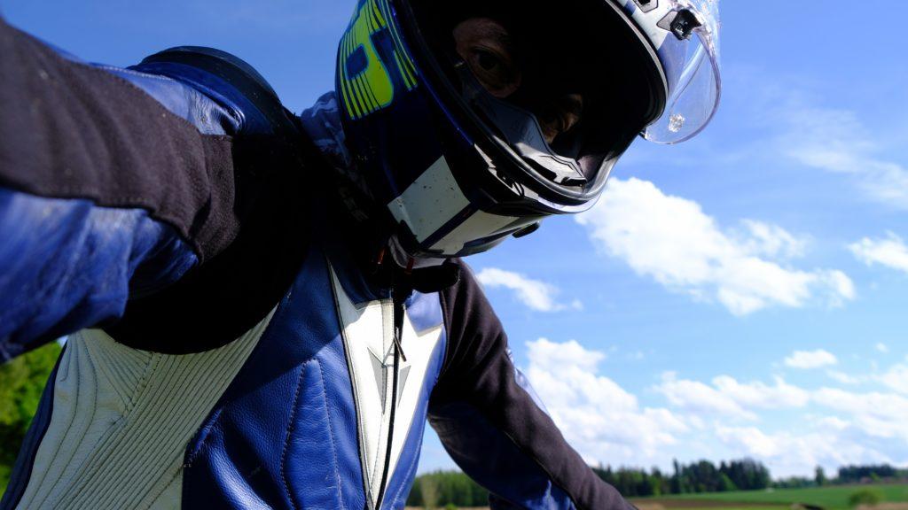 Motorradfahrer mit Helm und Sturmmaske.