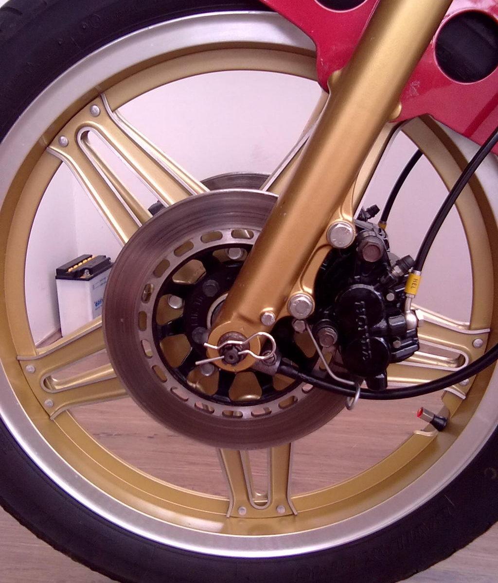 Goldenes Motorrad-Vorderrad