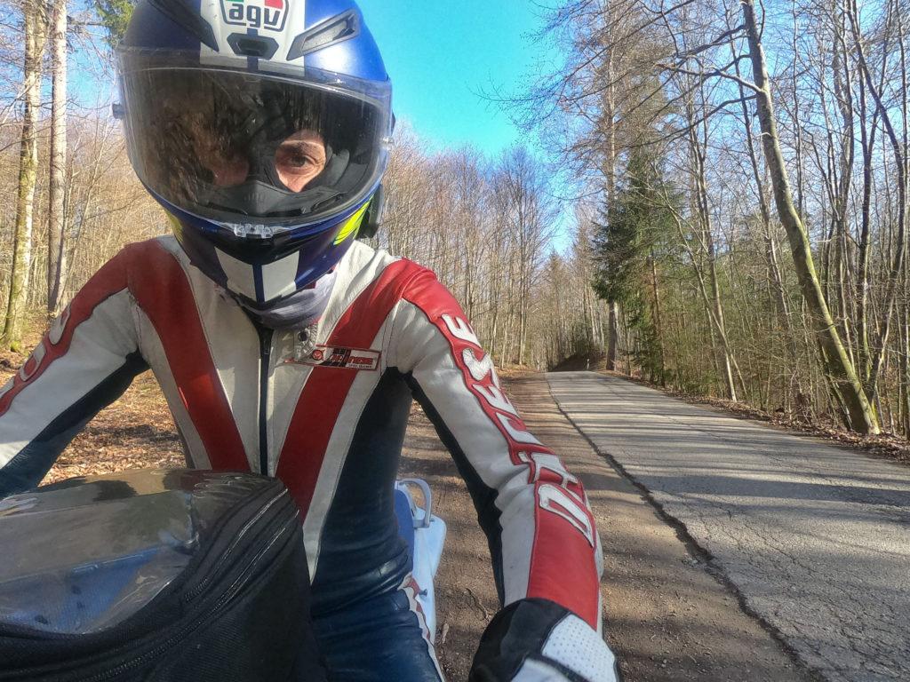 Motorradfahrer im Wald.