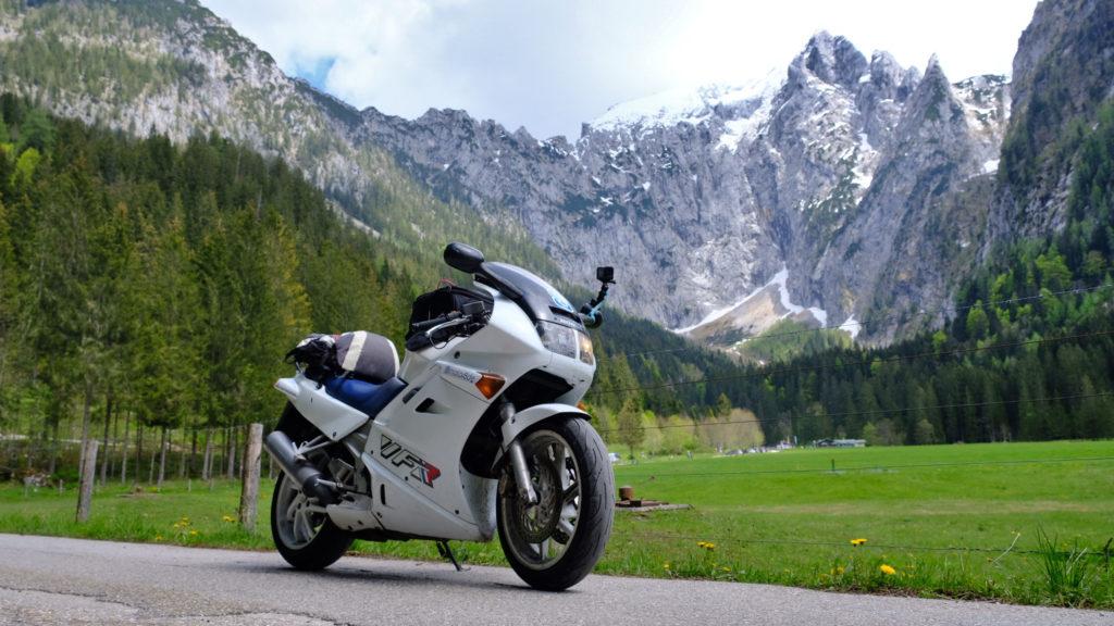 Motorrad, im Hintergrund großer Archenkopf