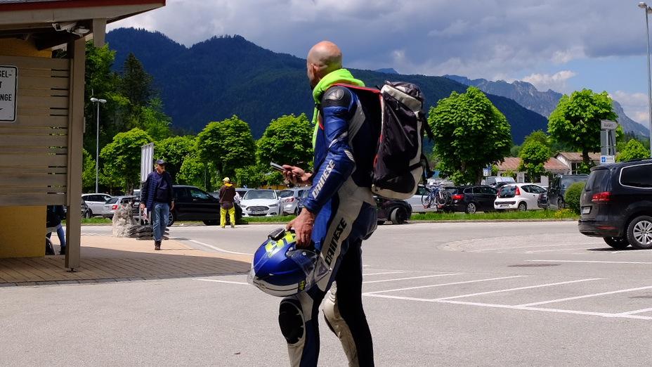 Motorradfahrer zu Fuß
