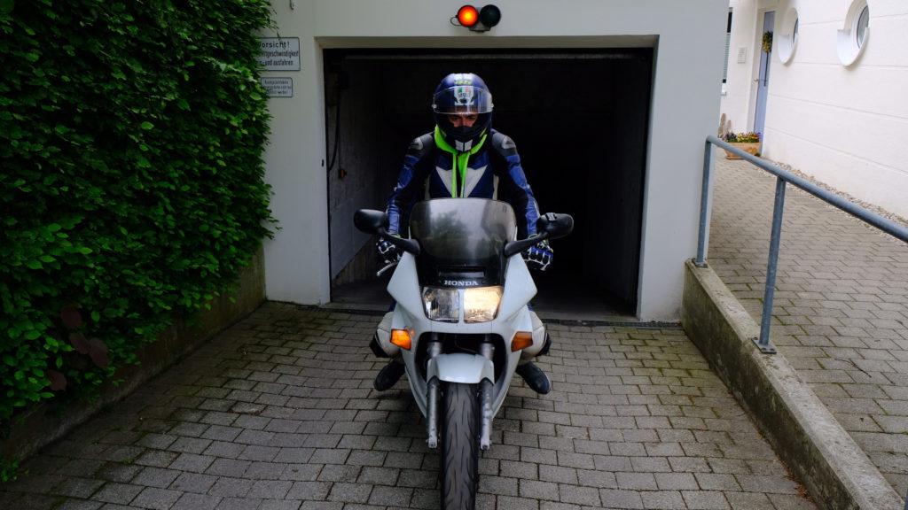 Motorrad fährt aus Tiefgarage