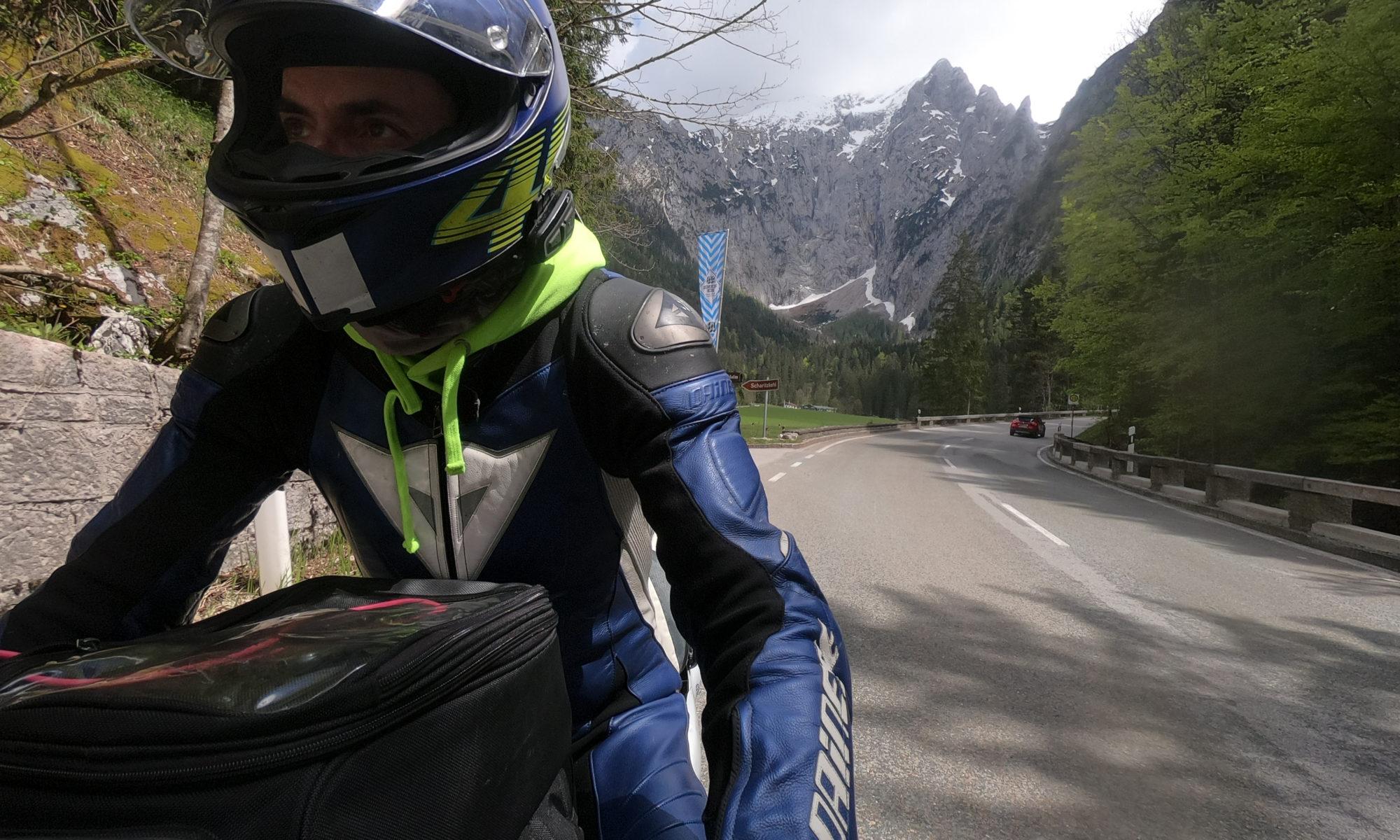 Motorradfahrer unterwegs in ganz viel Landschaft
