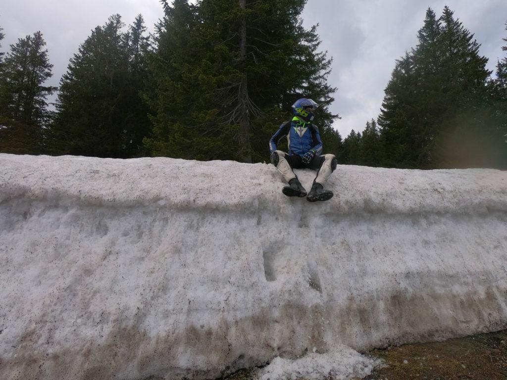Motorradfahrer sitzt im Schnee