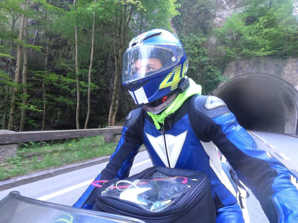 Motorradfahrer Frontalansicht bei Tunnelausfahrt