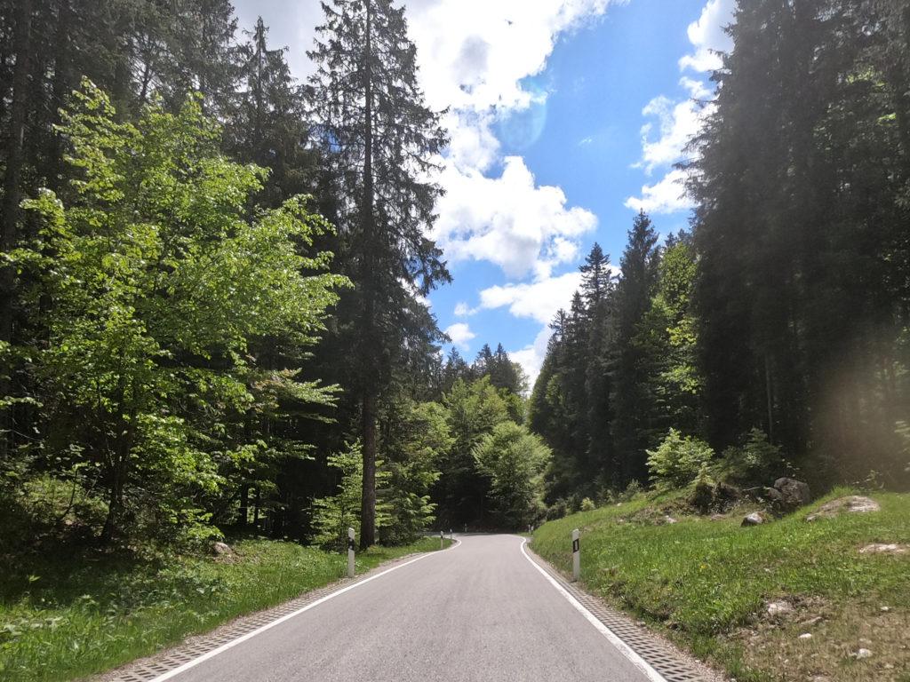 Straße zwischen Tauben- und Hintersee.