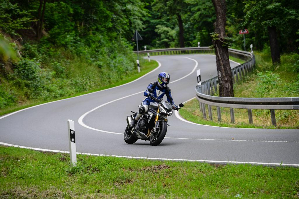 Triumph Speed Triple 1200 RS auf der Landstraße im Harz