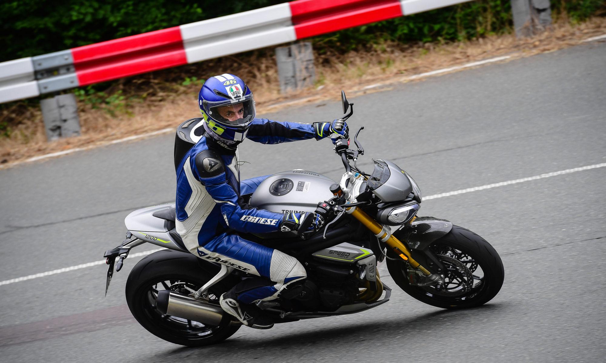 Motorradfahrer auf Triumph Speed Triple 1200 RS im Harz